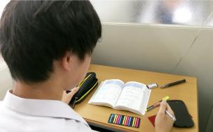 空調のきいた室内で、ブースは1つずつ区切られており、静かな環境で勉強に集中することができます。